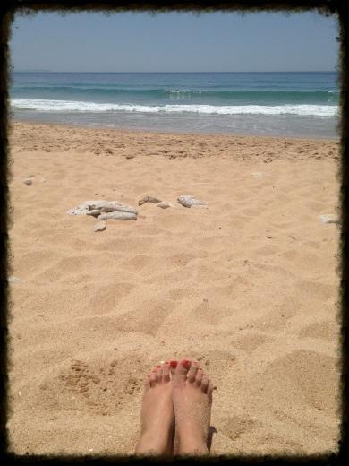 Meditando en la costa de Algarve, Portugal