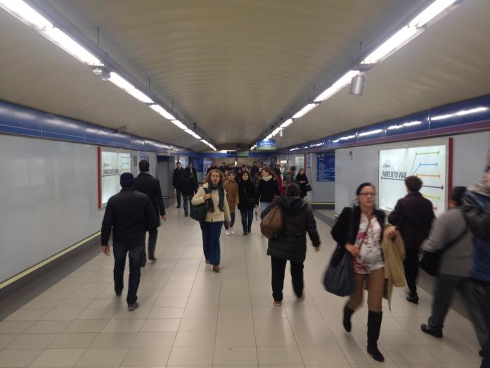 Para. Observa. Disfruta en el metro. Madrid. España.